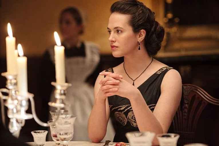 Mulher sentada a mesa de jantar