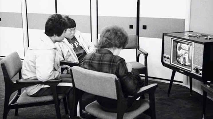 Pessoas assistindo a transmissão das Olimpíadas 64