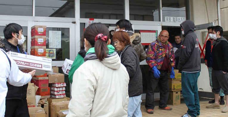 Voluntários distribuindo alimentos