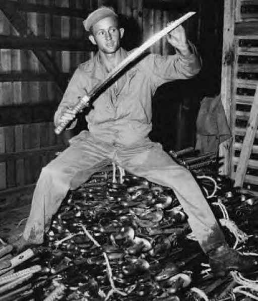 Soldado com espadas japonesas