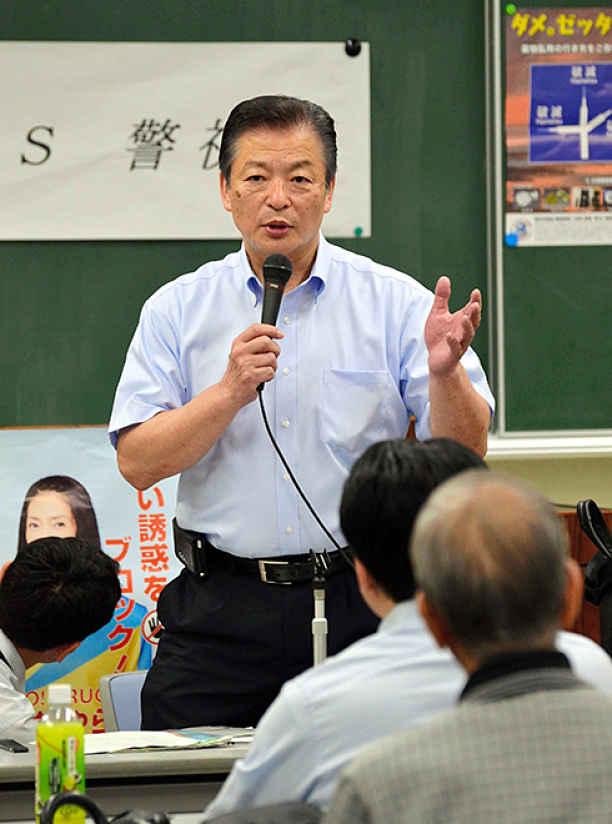 Policial falando ao público