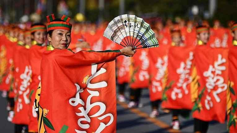 Japonesas se apresentam com dança tradicional