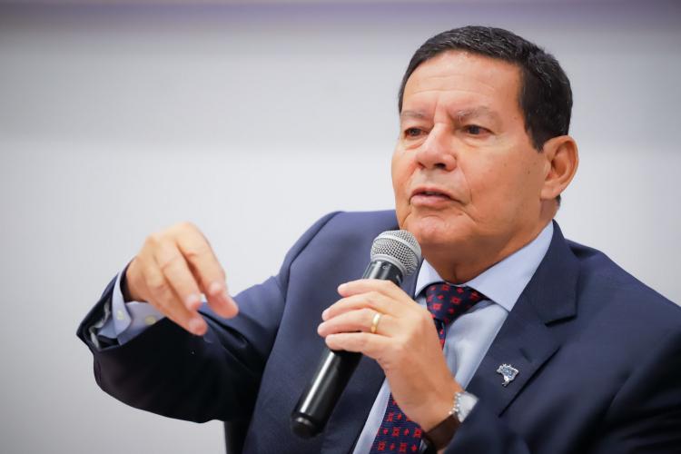 Mourão diz que Queiroga deve ter saído do Brasil já infectado pelo coronavírus