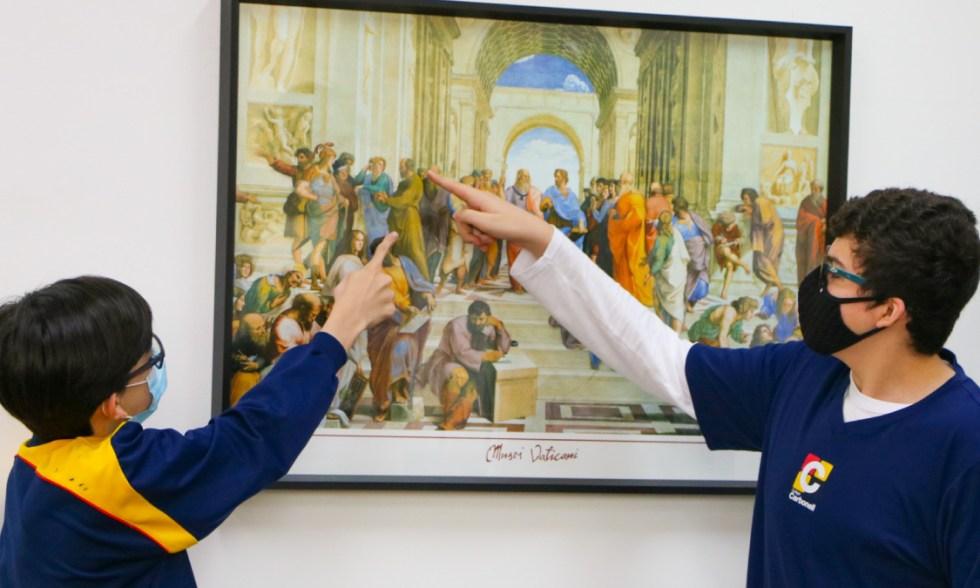 """Arte e Filosofia! Estudantes analisam personalidades presentes na obra """"Escola de Atenas"""", de Rafael Sanzio."""