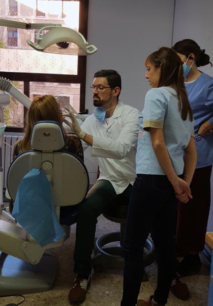 El Dr. Juan Puchades revisando el trabajo efectuado por las alumnas en la boca de sus pacientes, durante el curso de periodoncia 2017