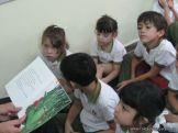 Bibliotecaria leyendo cuentos 26
