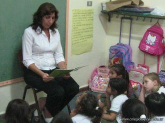 Bibliotecaria leyendo cuentos 55