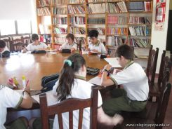 6to grado leyendo en Biblioteca 10