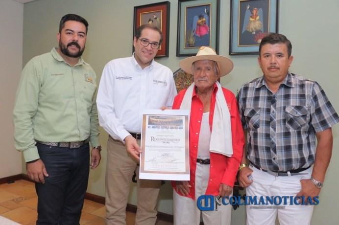 Gobernador entrega reconocimiento a Don Desiderio Contreras