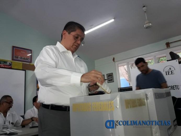 rector hernandez nava votando