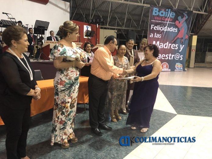 festejo a madres y maestros 696x522 - Felipe Cruz entrega reconocimientos a maestras y maestros con 30 y 40 años de servicio