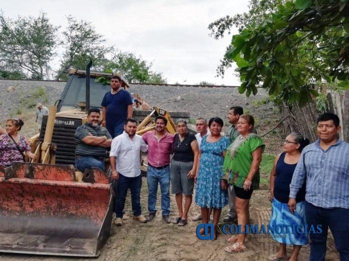 alcalde de armeria atiende problemas de inundaciones 696x522 - Atiende el alcalde Salvador Bueno problema de inundación de la colonia Lázaro Cárdenas