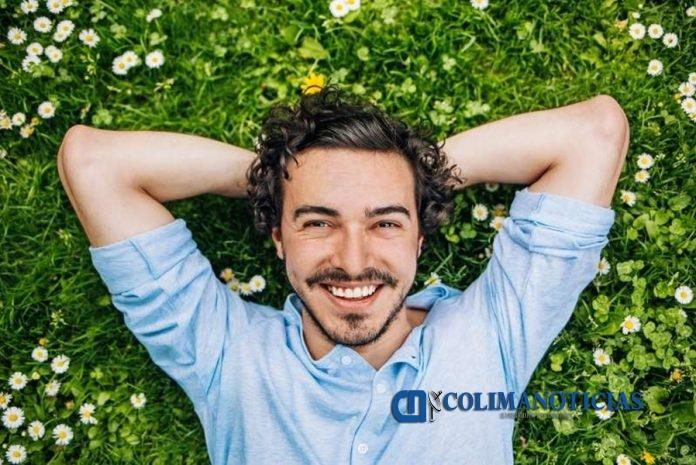 hombre feliz 696x465 - Cosas que tienen en común la gente que es feliz