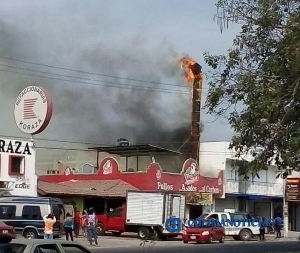incendio pollos - Flamazo en negocio de pollos asados causa pánico