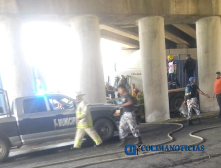 tráiler choque puente - Dos lesionados graves, 4 camiones y un auto particular devastados: saldo del accidente ocurrido en Tapeixtles