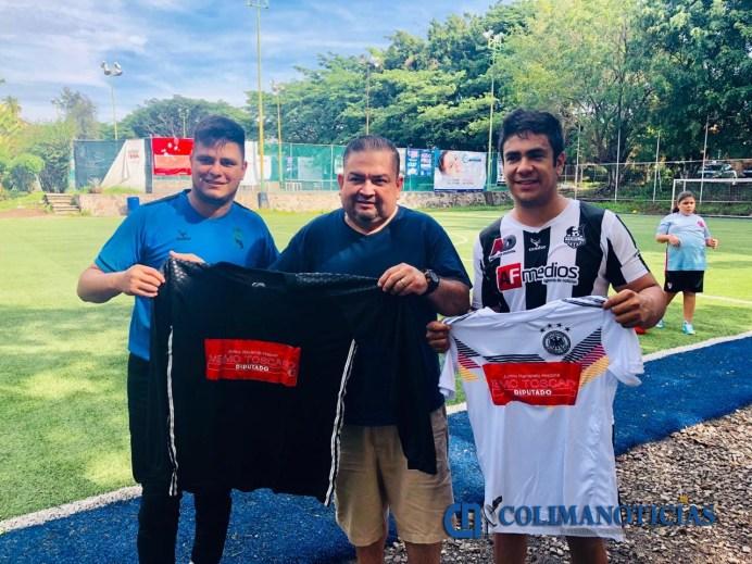 Entrega Toscano uniformes a equipos de futbol como parte del proyecto El deporte es salud