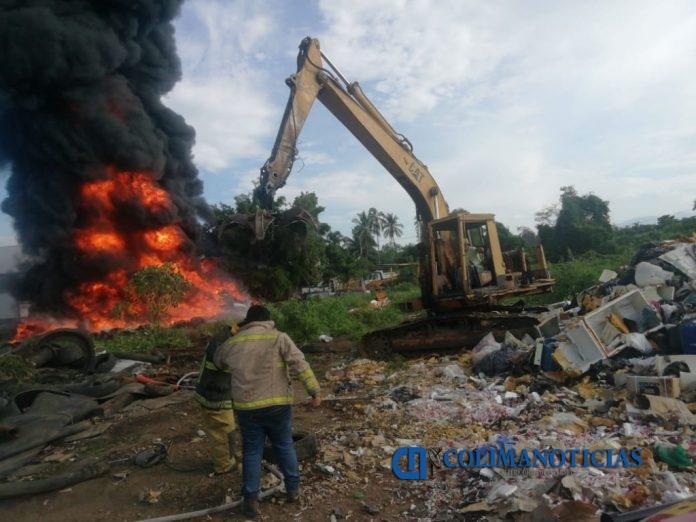 Incendio Recicladora 696x522 - Combaten incendio de llantas, en recicladora sobre el libramiento Ejército Mexicano