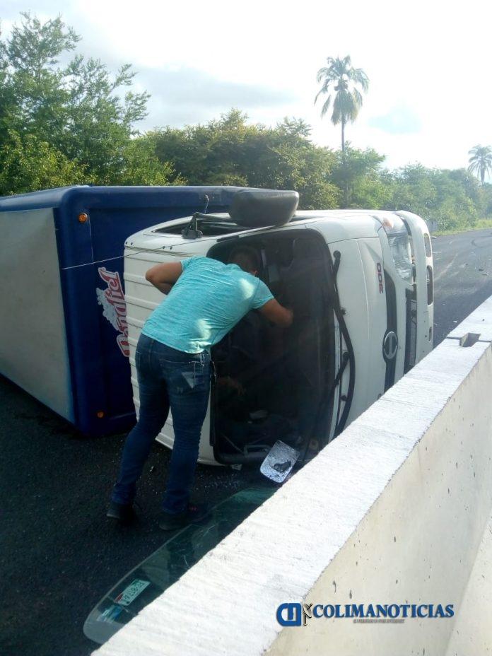 2F2AD23B 7B7C 4A32 9326 732898E9A8D8 696x928 - Vuelca vehículo refresquero en la autopista