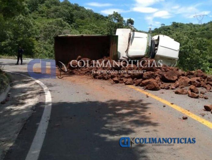 CAMION DE MATERIALES 696x525 - Camión materialista vuelca en la carretera Manzanillo-Minatitlán