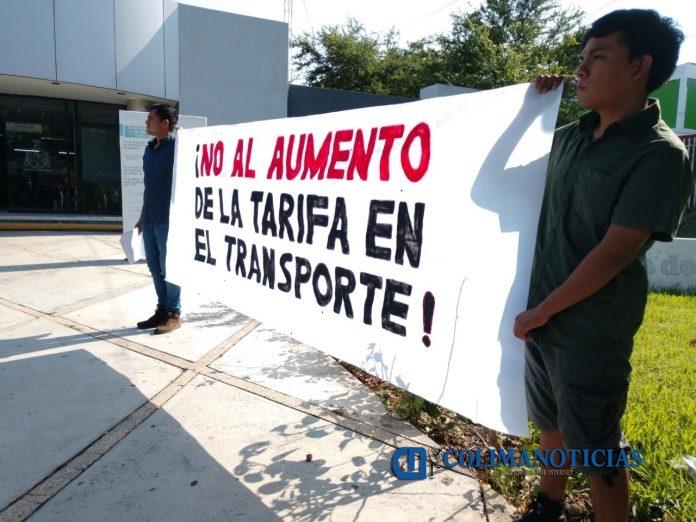 Estudiantes entregan firmas contra aumento al transporte público 696x522 - Estudiantes entregan firmas contra aumento al transporte público