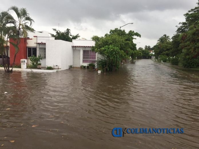 inundaciones manzanillo en casas y calles 696x522 - Cae lluvia en Manzanillo e inunda avenidas y calles