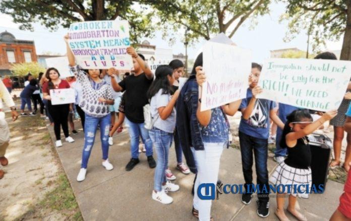 manifestacion por megarredadas 696x438 - Gobierno estadounidense defiende 'megarredadas' contra migrantes