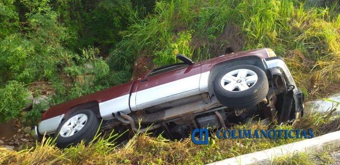 accdeinte camioneta 696x339 - Localizan camioneta abandonada y siniestrada en la carretera a Cihuatlán
