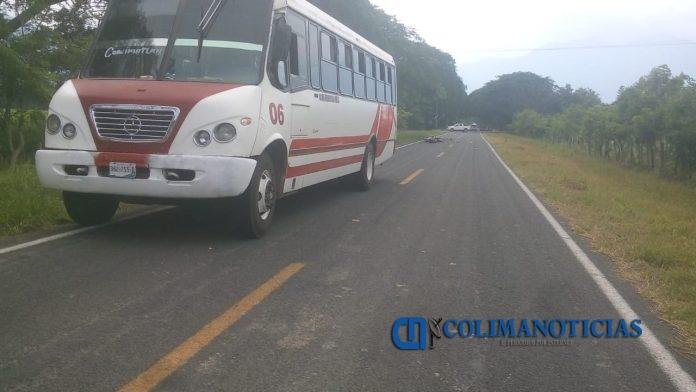 camión urbano choque 696x392 - Choca en su motocicleta contra camión urbano en Coquimatlán
