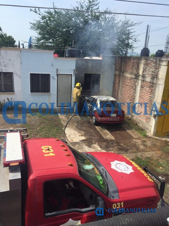 incendio de auto 696x928 - Reportan incendio de un vehículo en colonia Villas Alameda de Villa de Álvarez