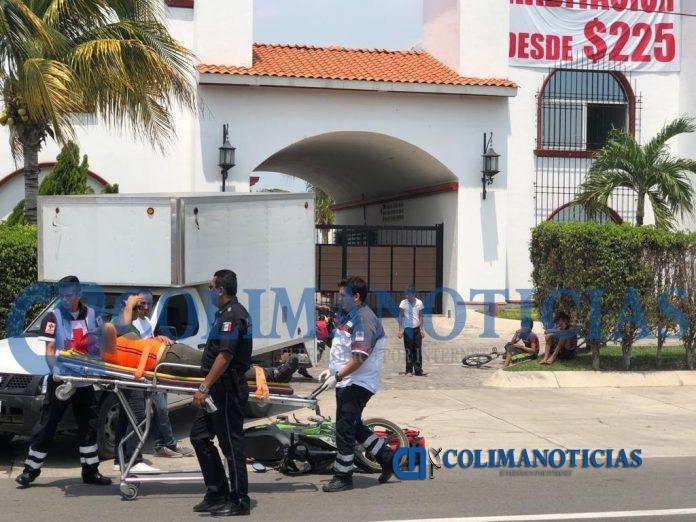 motociclista accidente 696x522 - Joven motociclista herida tras ser impactada por una camioneta que salía de un motel en Tecomán