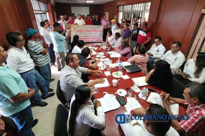 sindicalizados en Armería 696x463 - Sindicalizados de Armería se manifiestan por incremento salarial del 6%