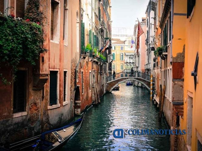 venecia - Turistas deciden nadar desnudos en canal de Venecia; son multados