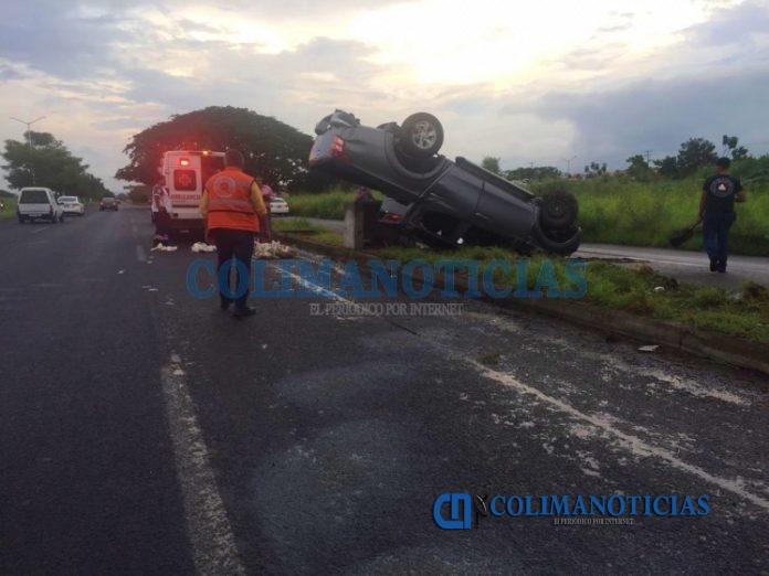 volcadura camioneta en la villa 696x522 - Fuerte accidente sobre la avenida Griselda Álvarez en Villa de Álvarez