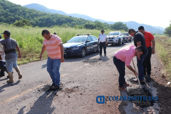 bacheo en armeria 696x464 - Concluyeron trabajos de bacheo en carretera Armería-Coalatilla