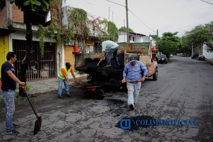 reparacion de baches ayuntamiento colima 696x464 - Ayuntamiento de Colima ha reparado cerca de 15 mil baches durante el primer año de administración