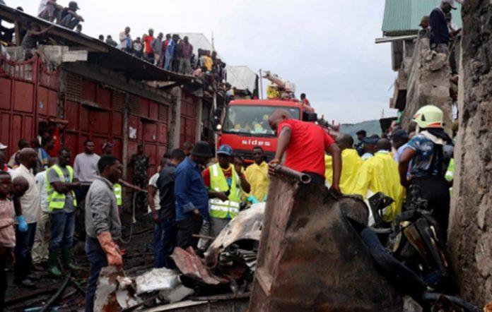AVION CHOCA CONTRA CASA EN CONGO 696x442 - 23 muertos en el Congo; avión se estrella contra casa