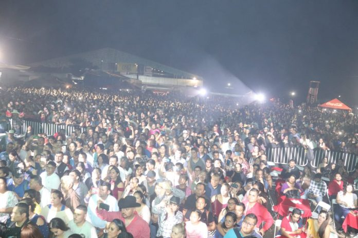 Iffecol Conjunto Primavera 696x464 - Conjunto Primavera pone a cantar a miles en la Feria de Colima