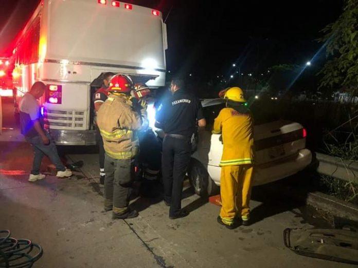 choque autobus 696x522 - Accidente afuera de la central de autobuses foráneos