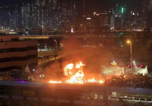 manifestantes prodemocracia sitiados por la policía en una universidad de Hong Kong - China advierte que restablecer el orden en Hong Kong 'es la tarea más urgente'