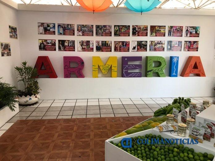 stand del ayuntamiento de armeria 696x522 - Ayuntamiento de Armería reconoce en stand de la Feria a jóvenes destacados
