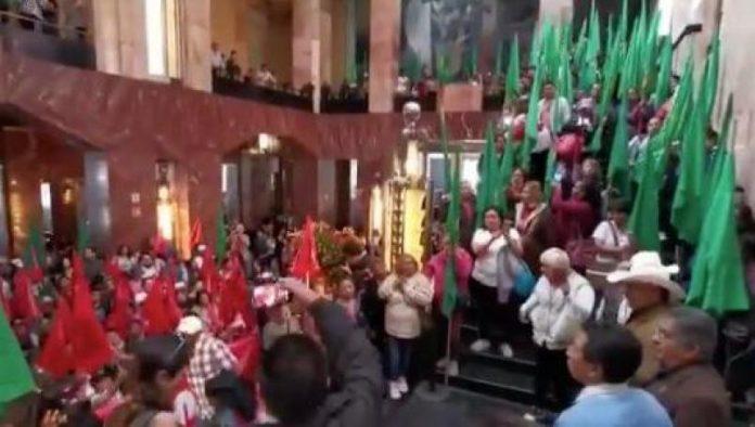 IRRUMPEN EN BELLAS ARTES 696x394 - Campesinos ingresan a Bellas Artes; pretenden quemar pintura polémica de Zapata