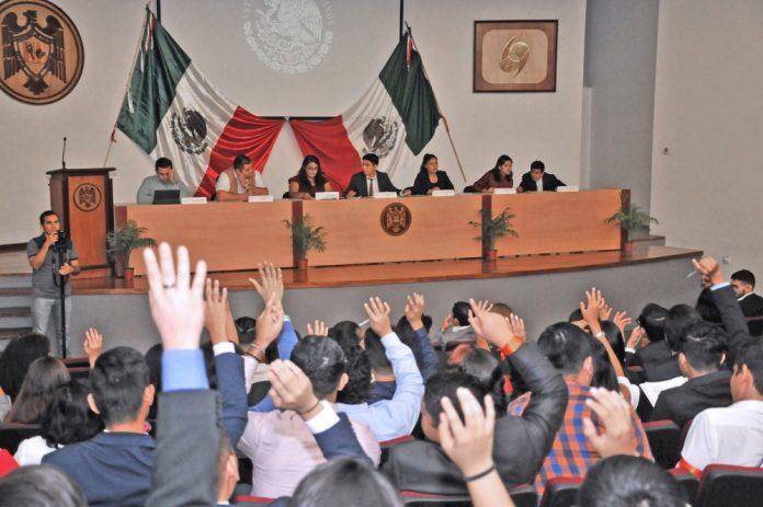 Simulador de Congreso Legislativo en la Facultad de Ciencias Políticas 696x463 - Concluye celebración por 40 aniversario de Ciencias Políticas y Sociales en la UdeC