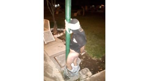 Vecinos de 'El Diezmo' atrapan a ladrón y lo amarran a un poste
