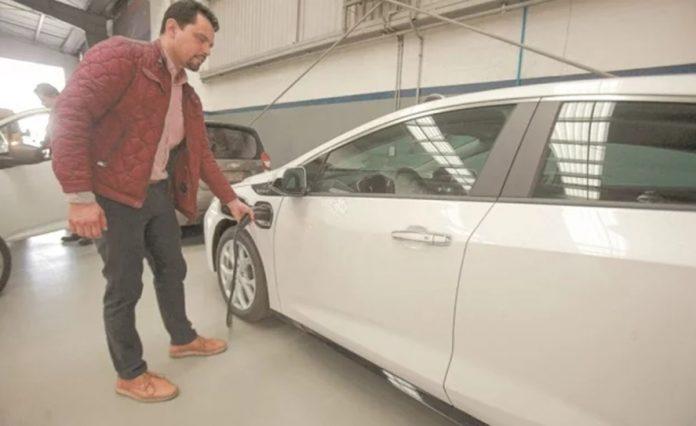 compra auto 696x426 - Cae la venta de autos nuevos; incertidumbre y desconfianza afectan a consumidores: AMDA