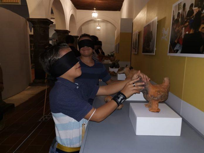 """exposición a ciegas 696x522 - Realizan """"exposición a ciegas"""" en el Museo Regional de Historia"""