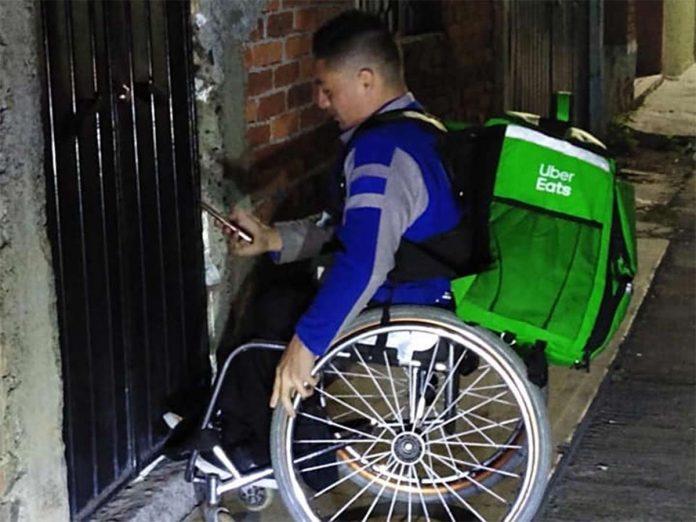 dany 696x522 - En silla de ruedas ha destacado en basquetbol, una rondalla y ahora como repartidor de Uber Eats - #Noticias