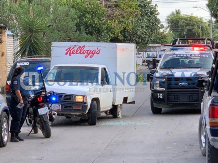 persecución policiaca en Tecomán 696x522 - Con balazos y atravesando vehículos, detienen a repartidor que huía con camioneta desde Michoacán - #Noticias