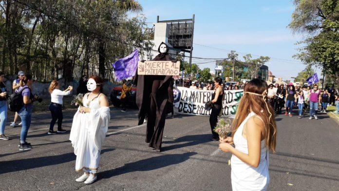 2F3744DA EBD0 4ABF A844 8137DCBAE810 696x392 - Miles de mujeres exigen fin a la impunidad y la violencia contra su género - #Noticias