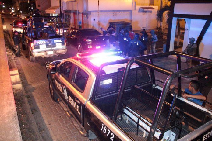 Arrestan policías estatales a sujetos con armas y droga 696x464 - Arrestan policías estatales a sujetos con armas y droga - #Noticias