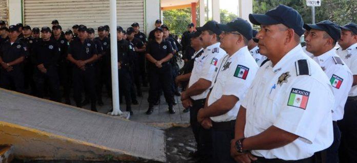 POLICIAS TECOMAN 696x319 - Cigüeñas con uniforme: policías de Tecomán asisten a joven que dio a luz en su casa - #Noticias